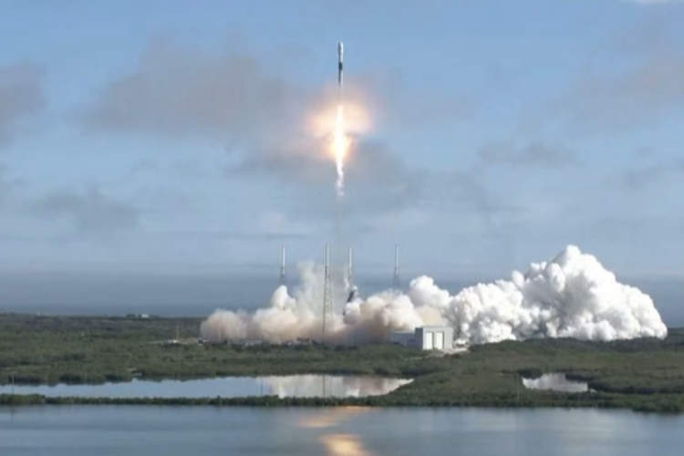 SpaceX aims to launch tourists into super high orbit